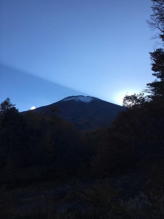 太陽が隠れた富士山