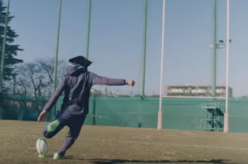 中村俊輔ラグビーボールを蹴る