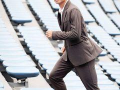 スーツを着用する柴崎岳