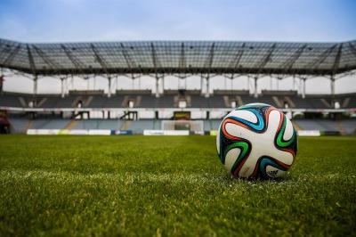 スタジアムに転がるサッカーボール